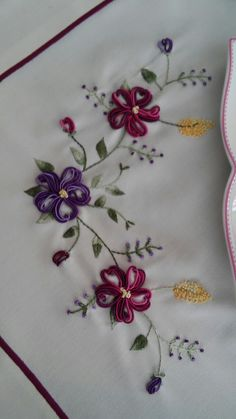 Ceyizden alinti mutfak takimi Hand Embroidery Patterns Flowers, Ribbon Embroidery Tutorial, Border Embroidery Designs, Embroidery Motifs, Silk Ribbon Embroidery, Brazilian Embroidery Stitches, French Knot Embroidery, Crochet Bedspread, Crochet Quilt