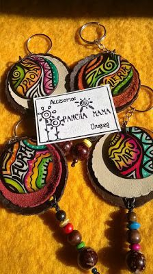 Accesorios PANCHA-MAMA: LLAVEROS PINTADOS A MANO....diseño Pancha-Mama Cd Crafts, Wooden Crafts, Diy And Crafts, Leather Art, Leather Jewelry, Biscuit, Jewelry Making, Pottery, Christmas Ornaments