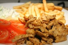Egyszerű gyros recept: a tökéletes csirke gyros elkészítésének titka otthon! Akár hiszed akár nem 20 perc alatt kész, és jobb, mint a gyrososnál! Hungarian Recipes, Wok, Quick Meals, Poultry, Hamburger, Food And Drink, Beef, Chicken, Cooking