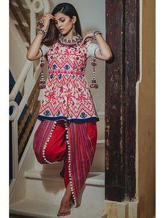 New Chaniya Choli & Blouse Designs for Navratri 2019 - LooksGud. Garba Dress, Navratri Dress, Choli Dress, Chaniya Choli For Navratri, Salwar Designs, Choli Blouse Design, Blouse Designs, Pakistani Fashion Casual, Indian Fashion
