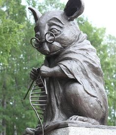 """Back in 2013, Russian scientists put up a beautiful monument to honour lab rats at the Institute of Cytology and Genetics in Novosibirsk. According to the artist, Andrew Kharevich: """"It combines the image of the laboratory mouse and a scientist, because they are related to each other and serve one purpose."""" Awww.  : politsib.ru #science #mice #lab #sciencealert"""