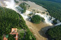 Cataratas del Iguazú es una de las atracciones turísticas más famosas del mundo y está situado entre Argentina y Brasil. Esta atracción tiene un total de 275 cae con la garganta del Diablo es el más famoso.