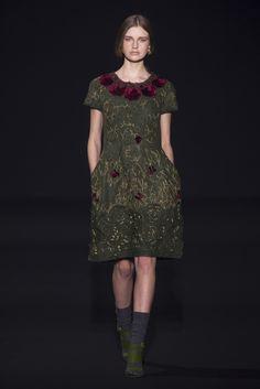 Prêt-à-porter Alberta Ferretti www.rendezvousdelamode.com  #pretaporter #readytowear #albertaferretti #milan #fashionshow #fashionweek #fashion #women #womenfashion #white #outfit #style #catwalk #fall #winter #2014 #2015 #rendezvous