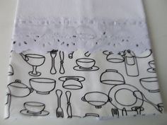 Pano de copa - preto e branco <br>Confeccionado em tecido de sacaria na cor branca <br>Acabamento com barras em tecido de algodão , <br>bico e entremeio de poliéster e fita acetinada .