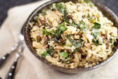 Auch wenn sich der Rezepttitel nur wie die Aufzählung von Zutaten anhört, so ist Wilder Reis mit Austernpilzen und Mangold doch ein tolles Gericht. Auf einem Trip nach Istanbul habe ich diese Kreat…
