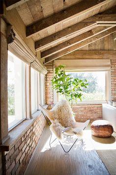 Gemütlicher Liegesessel mit Kuhfell in renoviertem Bauernhaus