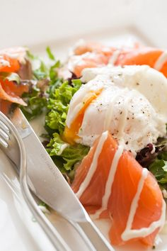 Smoked salmon with poached egg and salad