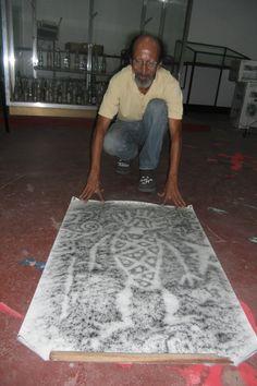 El profesor Alexis Rojas, enseña una muestra recogida por el mismo, de un petroglifo.  Esto ayuda a visualizar el tamaño y la profundidad de los trazos realizados en la piedra..