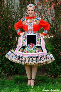 Such an incredibly beautiful Hungarian floral embroidered folk costume. Folk Fashion, Ethnic Fashion, Traditional Fashion, Traditional Dresses, Folklore, Costumes Around The World, Hungarian Embroidery, Folk Dance, Ethnic Dress