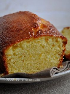 Ce cake est sans doute un de mes préférés, j'en fait souvent pour le petit dej pour accompagner mon thé, ou à l'heure du gouter.. il est doux, acidulé et moelleux comme j'aime. Une autre version du cake au citron au beurre ici clic 3 œufs 180g de sucre... Iced Lemon Pound Cake, Savoury Cake, Cupcakes, Sweet Bread, Clean Eating Snacks, Coco, Love Food, Sweet Recipes, Dessert Recipes
