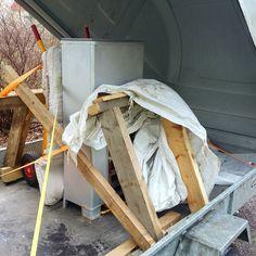 Vuoden 2016 viimeinen projekti alkoi tästä: kun hormi oli massattu ja tiilipeti saatu siihen kuntoon että sen päälle pystyi tulisijan töräyttämään oli aika lähteä etsimään sopivaa lämmönlähdettä. Koska talvi puski päälle ja muuratut tulisijat kuivuvat pitkään päätimme hankkia olohuoneeseen todellisen suomalaisen klassikon eli Porin Matti -kamiinan. Sopiva löytyi 30 km päästä ja saatiin rahdattua kotipihalle nokkakärryillä ja peräkärryllä. Vaikka metrin korkuinen Masa ei olekaan mitoiltaan…