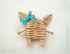 """К Новому году сплетём маленькую Свинку Пуговку!Она сможет украсить ёлку или поселиться на холодильнике, если к ней приклеить магнитик.Трубочки накрутим из трети листа потребительской бумаги """"Кондопога"""" на спицу 1,2 мм.Всего 8 штук. фото 11"""