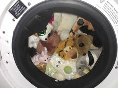 Perfect for child with dust mite allergies: How to clean stuffed animals in the washing machine Washing Stuffed Animals, Diy Cleaning Products, Cleaning Solutions, Cleaning Hacks, Dust Mite Allergy, Dust Mites, Toy Organization, Keep It Cleaner