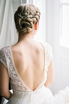 Petra adorned her pretty plaits with a delicate, nature-inspired Aino hair comb. It showcased curling leaves and sparkling rhinestone flowers.