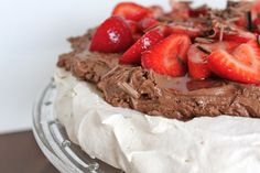 Vanilla Pavlova with Chocolate Mousse and Strawberries from Phemomenon........ i am SOOOOO doing this next tine i get a chance...... :) OMG i wonder if i can find a pumpkin spice mousse...
