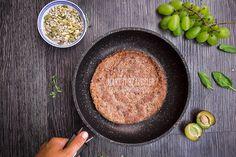 Make it healthier: Jaglany placek kakaowy z serkiem kozim, winogronami i ziarnami | TARGI WINOGRON