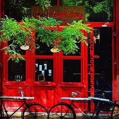 One sweet day in Thessaloniki takes one sweet cup of excellent chocolate. Olympou street is the right place. #experiencethessaloniki #experience_thessaloniki #thessaloniki #sweet #chocolate #tourism #travel #visitgreece #visiting_thessaloniki  #taste #red_shopwindow #old_bikes  #vintagebikes