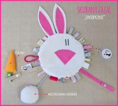 Wielofunkcyjna szmatka sensoryczna RAMPAMPONI 'Skubany Zając'. Oryginalny projekt, mnóstwo zabawy dla Twojego dziecka! Uszyta, z największą starannością w Polsce, z najlepszej jakości tkanin....