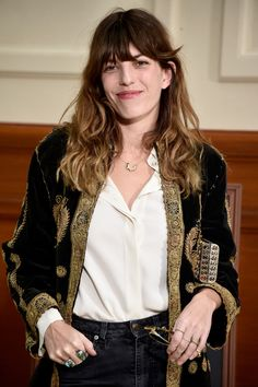 Lou Doillon Gemstone Ring - Lou Doillon looked opulent with her multiple rings and embellished velvet jacket at the Chanel fashion show. Lou Doillon, Chanel Fashion Show, Paris Fashion, Trends 2016, Casual Outfits, Fashion Outfits, Fashion Hair, Fasion, Surf