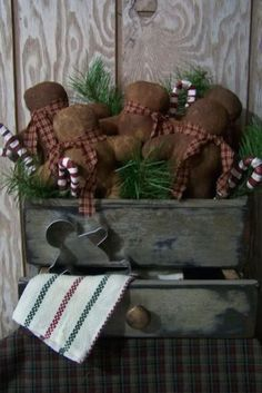 Check Out 31 Captivating Indoor Rustic Christmas Decor Ideas. Rustic Christmas is just exciting, it's so cozy and inviting that I just can't wait to decorate my country home in this style! Primitive Christmas Decorating, Prim Christmas, Primitive Crafts, Country Christmas, Winter Christmas, Vintage Christmas, Christmas Holidays, Christmas Decorations, Primitive Snowmen