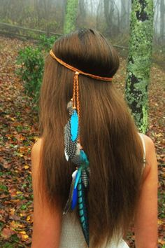 Beautiful blues make this mixed feather headband shine. A delicate accent to your long hair with spotted, striped and dyed feather accents. Faux suede vegan headband is easy to pop on with bead slider