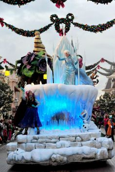 #Disneyland Paris. The New Frozen Float in the Disney Magic On Parade! With Elsa, Anna en Olaf and Christmas decorations of Main Street in the background #DLP #DLRP Cavalcade Xmas