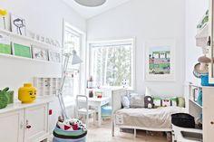 Laajennuksen suunnitteli arkkitehti Merja Enne. Ikkunoiden sommittelussa on eloa. Teemu nukkuu vanhassa päästävedettävässä sängyssä.