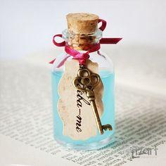 """Lembrancinha Alice no País das Maravilhas - Frasco de vidro contendo líquido azul + chave em metal e tag com a frase: """"Beba-me"""" Embalagem com 1 unidade Medidas Aproximadas: Altura: 5,5cm Largura: Superior: 1,5cm, Inferior: 2,5cm Atenção: Produto artesanal, meramente representativo. Não dever ser aberto nem consumido."""