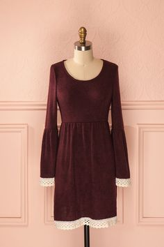 Keely Burgundy ♥ Dans cette robe, une Iseult plus moderne s'exhalera de vous telle une gente dame d'une époque lointaine. In this dress, a modern version of the great Iseult will express herself through you such a lady from another era.