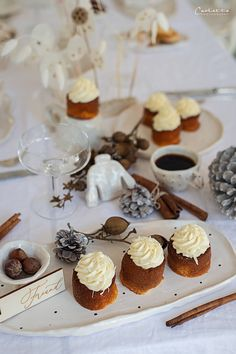sachertörtchen, muffins rezept, muffins rezept einfach, muffins rezept saftig, muffins rezept einfach grundrezept, muffins weihnachten, muffins weiße schokolade, muffins weiße schokolade rezept, muffins weiße schoko, frischkäse topping, frischkäse topping rezept, frischkäse topping kuchen, mini küchlein, mini küchlein rezept, muffins mit kern, muffins gefüllt, muffins recipes, muffins recipes easy, muffins recipe easy simple, muffins white chocolate, muffins white frosting, mini cake Snacks, Mini Cupcakes, Muffins, Easter, Desserts, Food, Cooking, White Chocolate, Blackberries