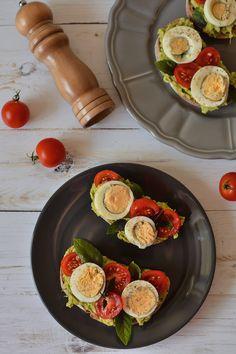 Sandviș cu avocado, ou fiert și roșii cherry Avocado, Bruschetta, Sausage, Sandwiches, Food And Drink, Low Carb, Eggs, Breakfast, Morning Coffee