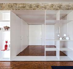 02-decoracao-apartamento-arquitetura-hall-entrada-estante-branca-metal