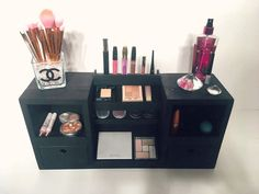 Este organizador de maquillaje hermosa se verá preciosa en tu vanidad! Una gran manera de organizar y mostrar tus cosméticos. ....................................................................................................................... ESPECIFICACIONES: ‣ Dimensiones: 24 longitud x altura de 11 x 7 profundidad ‣ De madera maciza. ‣ Puede ser pintado en blanco, negro o teñido en nogal oscuro, gris país o nosotros podemos acomodar colores personalizados para que coincida con su…