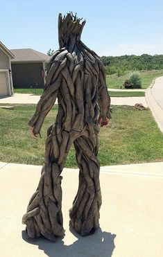 Groot Cosplay back Wonderful costume made by Calen Hoffman will transform you into a tree-like creature from Marvel's Guardians of the Galaxy.   Groot's body was created out of pipe insulation foam. Texture is kleenex soaked in glue / water and painted with spray cans / acrylics.  Total cost of materials is less than $100. Amazing Halloween costume. Groot Halloween Costume, Halloween Zoo, Amazing Halloween Costumes, Holidays Halloween, Halloween Makeup, Halloween Decorations, Avengers Costumes, Festival Costumes, Foam Costumes