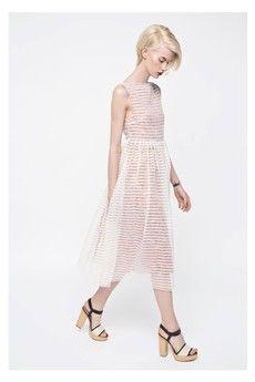 Dziewczęca sukienka, wykonana z dwóch lekkich warstw. Spodnia warstwa: żorżeta w kolorze koralowym w delikatne kwiaty. Wierzchnia warstwa: paski na transparentnym szyfonie.Sukienka pięknie się układa i jest przyjemna w noszeniu.Istnieje możliwość dopasowania długości. Sukienka zapinana jest na zamek z boku.Sukienkę należy prać ręcznie w 40 st.Bardzo prosimy o podanie wymiarów w komentarzu (wzrost, obwód biustu, talii i bioder, oraz wymarzoną długość sukienki mierząc od trzeciego kręgu…