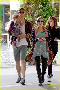 Chris Hemsworth and his wife Elsa Pataky take their daughter India out to lunch on January 8, 2014