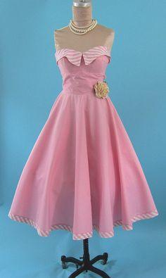 Fleur de Lis Quilts and Accessories: Sunday Quilt Inspiration: P E A R L S Vintage Party Dresses, 50s Dresses, Cute Dresses, Beautiful Dresses, Vintage Outfits, Vintage Clothing, Fifties Fashion, Retro Fashion, Love Fashion