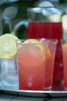 Rabarber lemonade: Skøn hjemmelavet sodavand | Marinas mad Juice Drinks, Juice Smoothie, Smoothie Drinks, Cocktail Drinks, Smoothies, Refreshing Drinks, Yummy Drinks, Food N, Food And Drink