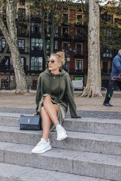 Khaki green outfit inspiration - Yeezy 350 V2 boost street style Yeezy Outfit, Street Style Blog, Street Style Women, Yeezy Boost Women, High Street Fashion, Yeezy Fashion, Everyday Outfits, Everyday Fashion, Streetwear Fashion
