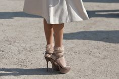 Socks with skirt fashion style Fashion Tag, Only Fashion, Skirt Fashion, Fashion Ideas, Knee High Socks Outfit, Socks And Sandals, Vogue, Look Chic, Sock Shoes