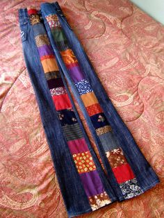 Hier is een funky paar Multi-Color kant strip lappendeken jeans in allerlei felle kleuren en patronen in luxueuze tinten. Gemaakt met behulp van een paar od donkere wassen Rock & Republic jeans met logos op de zakken. Iets noodlijdende, lage opkomst, boot knippen, verfilmd iets breder vuurpijlen.  Kwaliteit naaien gegarandeerd met rechte lijnen, interieur zigzag stiksels en top stitching voor kracht.  Afmetingen: Gemeten plat & verdubbeld.  Taille: 32/33 in. Voorste opkomst: 8 Heupen: 39 in…