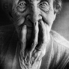 A los viejos les enseñaría que la muerte  no llega con la vejez sino con el olvido.  Tantas cosas he aprendido de ustedes, los hombres  He aprendido que todo el mundo quiere vivir  en la cima de la montaña,  Sin saber que la verdadera felicidad estáen la forma de subir la escarpada. (Gabriel García Márquez  - extracto de la marioneta)