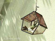 ドワーフの家シリーズのテラリウムです。森の中の日だまりに立つ小人の家。小花に囲まれた壁が木もれ日を浴びてキラキラ輝くさまを想像して作りました。地面に埋まっているのか、それとも地面から現れたのか、と思わせるような傾いた形です。置いても、吊すことも出来ます。(吊り下げ金具などは付属していません。本品のみの販売になります。)エアプランツや多肉植物のような小さな鉢物の他、ドライフラワーや小物、LEDキャンドルなど、お気に入りのものを飾って楽しんでいただきたいです。同商品でも形、柄、配置など多少の差が生じることがありますが、ハンドメイド作品の特徴としてご理解下さい。素人の撮影ですので、光の加減等で画像の色合いが実物と若干違って見えることがあります。ご了承下さい。そのほか気になる点がございましたらお気軽にお問い合わせ下さい 。※再販受付の場合は制作にお時間を頂いております。発送可能日時については追ってご連絡させて頂きます。サイズ(約):高さ 12.0センチ、幅 10.5センチ、奥行き 8.5センチ