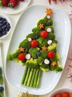 Veggies never looked so yummy! Use broccoli as the body of your tree, and cherry tomatoes as the ornaments. Christmas Veggie Tray, Christmas Snacks, Christmas Brunch, Xmas Food, Christmas Appetizers, Holiday Treats, Holiday Recipes, Best Party Food, Food Platters