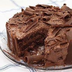 Bolo mousse de chocolate rápido, para quem gosta de receitas de bolo de chocolate vai adorar essa para fazer no liquidificador. Essa sobremesa simples que é feita com mousse na sua massa.          Bolo mousse de chocolate