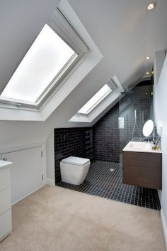 Bathroom inspiration - Two loft windows add plenty of light to this gorgeous bathroom. Badkamer op zolder onder schuin dak met 2 dakramen inspiratie - Model Home Interior Design Attic Loft, Loft Room, Bedroom Loft, Attic Stairs, Attic Office, Attic Library, Garage Attic, Attic Ladder, Kids Bedroom