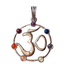 Hanger - Ohm-symbool met 7 chakra stenen in messing - verzilverd