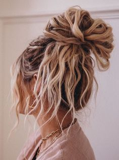 I lovvve texture in my messy buns but hate adding heat damage to my hair just to. I lovvve texture Messy Hairstyles, Pretty Hairstyles, Everyday Hairstyles, Straight Hairstyles, Wedding Hairstyles, Hairstyles Pictures, Hairstyles Videos, Formal Hairstyles, Wavy Hair