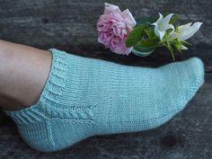 Ravelry: Footies med fläta pattern by Maja Karlsson Diy Knitting Socks, Knitted Socks Free Pattern, Crochet Socks, Knitted Slippers, Slipper Socks, Knitting Stitches, Knitting Patterns, Knit Socks, Knitting Tutorials