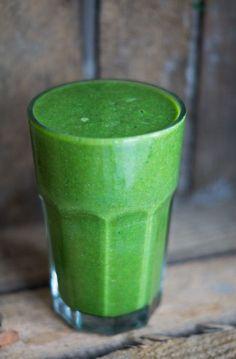 Sund grøn smoothie - også kaldet en greenie. Lavet med spinat, citron, banan, kokosmælk og appelsin. Frisk, sund og vegansk.